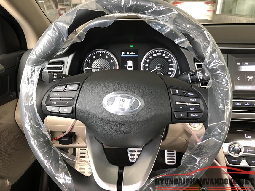 Vô lăng xe elantra được tích hợp các nút bấm dễ dàng sử dụng khi vận hàng xe