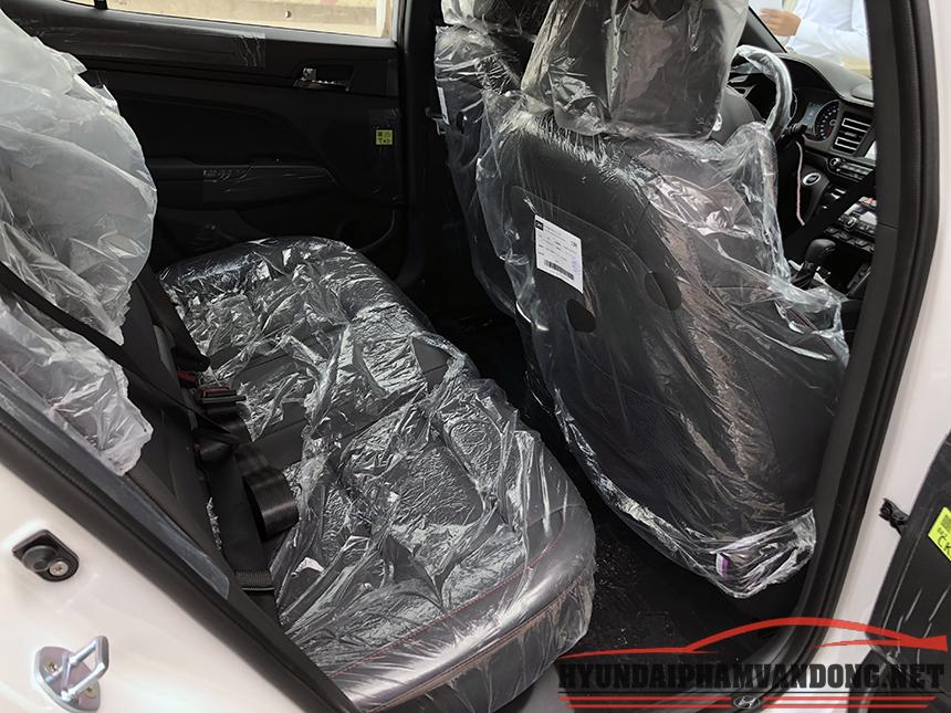 Hàng ghế sau của chiếc hyundai 1.6 turbo elantra facelift New 2019